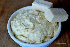 Krem z białymi michałkami to idealny dodatek do tortów, ciast, babeczek i deserów.