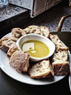 Dipping bread into olive oil is a very 'Mediterranean thing'. Al Fresco Dining, Olive Oil, Camembert Cheese, Tapas, Healthy Lifestyle, Bread, Canning, Drinks, Breakfast