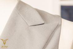 Handgemaakt zilver grijs 6 knoops double breasted vest met peak lapels. Handmade silver-grey 6-button double breasted waistcoat with peak lapels.3