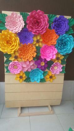 Painel com flores de papel