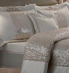 Yatak odanızın bir asalete sahip olmasını istiyorsanız, bu yatak örtüsü modeli işinizi görecektir. Özellikle şık duruşu ve asil renkleri ile yatak odanıza farklı bir hava katacak olan bu yatak örtüsü modelini kaçırmamalısınız.
