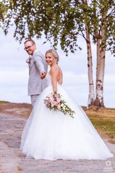 #häät #hääkuvaus #vihkiminen #hääpotretti #weddings #weddingphotography #weddingphotoideas #weddingportrait #weddingportraiture #hääkuvaajakemi #hääkuvaajatornio #hääkuvaajaoulu #hääkuvaajarovaniemi #hääkuvausmerilappi #häävalokuvaaja #valokuvaajakemi #valokuvaajatornio #valokuvaajakeminmaa #valokuvaajaoulu #valokuvaajarovaniemi #dokumentaarinenhääkuvaus Wedding Abroad, Wedding Dresses, Beautiful, Fashion, Bride Dresses, Moda, Bridal Gowns, Fashion Styles