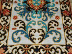 TELAS PINTADAS P/ARRAIOLOS Crazy Colour, Luxury Interior Design, Rugs On Carpet, Embroidery Patterns, Crochet, Bohemian Rug, Needlework, Cross Stitch, Textiles
