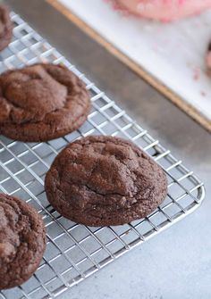 Ever wanted the chewy, fudgy gloriousness of brownies in cookie form? These insanely delicious one-bowl brownie cookies are amazing! Brownie Cookies, Cupcake Cookies, Chocolate Cookies, Cookie Bars, Chocolate Chips, Cupcakes, One Bowl Brownies, Fudgy Brownies, Easy Cookie Recipes