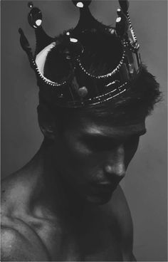 The dead who were killed by betrayal. He was poisoned by his uncle in order for the uncle to achieve power in the Goblin territory. Man with a crown Homme avec une couronne Fotografie Portraits, Crown Aesthetic, Aesthetic Dark, Maxon Schreave, Red Queen, Character Inspiration, Portrait Photography, King Photography, White Photography