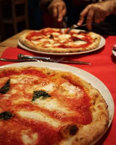 Seguimos probando pizzas napolitanas para intentar reproducirla lo mejor posible en casa. Una margarita y una diávola van a ser diseccionarlas y engullidas. Podéis encontrar más imágenes en mi IG Stories.