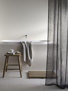 Un rideau pour délimiter l'espace bain dans votre salle de bain