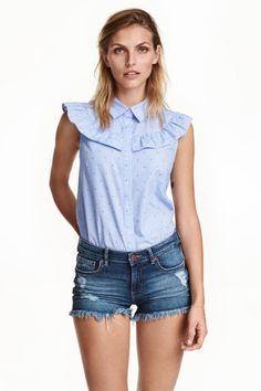 Blusa de algodón: Blusa de algodón con canesú de volantes, cuello y botones delante.