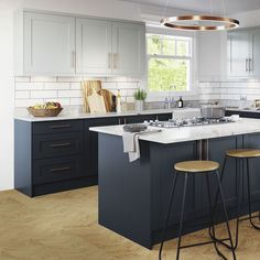 Navy kitchen ideas – Navy blue kitchens that look cool and stylish After navy kitchen ideas? This classic and smart shade of blue can create a crisp and sophisticated look in any navy kitchen Navy Blue Kitchen Cabinets, Blue Kitchen Decor, Kitchen Room Design, Living Room Kitchen, Kitchen Colors, Interior Design Kitchen, Kitchen Walls, Kitchen Layout, Kitchen Furniture
