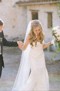 Loose, pretty curls wedding hairstyle; via Happy Wedd