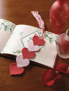 How to Crochet a Simple Flower Bookmark - Life ideas Crochet Wool, Crochet Quilt, Easter Crochet, Crochet Gifts, Crochet Motif, Crochet Designs, Crochet Doilies, Crochet Flowers, Crochet Stitches