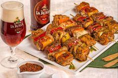 Gli spiedini vivaci alla birra sono gustosi bocconi di carne insaporiti da una marinatura alla birra, dalla paprica e da una sfiziosa salsa alla birra
