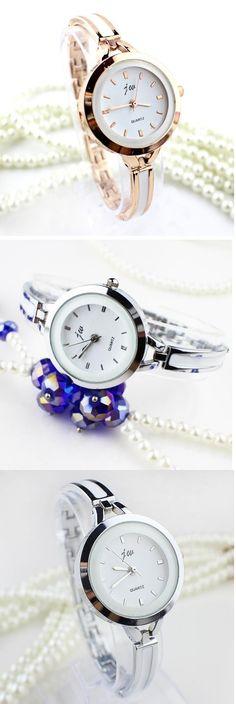 #Reloj con estilo de pulsera plateada Encuéntralo en nuestro sitio.