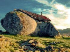 A Casa do Penedo - Os Flinstones à Portuguesa (ver + em http://obviousmag.org/archives/2009/12/casa_rochedo.html )
