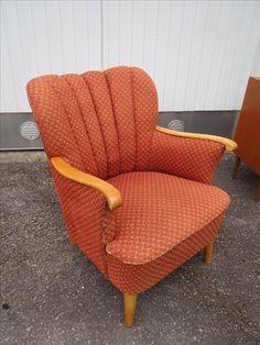 Ihana 40/50-luvun nojatuoli, alkuperäisverhoilu, joka siistissä kunnossa, toki jotain käytön jälkiä näkyy. Jouset hyvät. MYYTY.