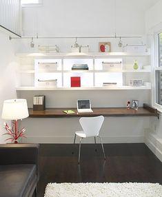 Idée de plan de travail temporaire : juste une planche à déposer sur 2 bouts de bois fixés sur deux murs opposés. A serene work space from Feldman Architecture.