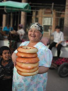 Traditional Uzbek woman selling non bread. Uzbekistan Food, Bread Shop, India Culture, Bread Bun, Specialty Foods, Central Asia, Naan, World Cultures, Kitchens