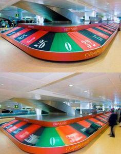 """opération de """"street marketing"""" à l'aéroport de Venise pour faire la promotion du casino."""