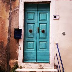 Una porta turchese all' #IsoladElba