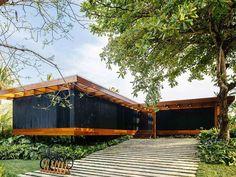 Entrada de casa suspensa em madeira carbonizada. Técnica japonesa. Jacobsen Arquitetura.