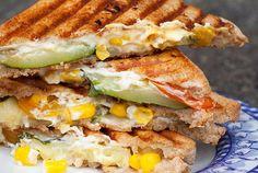 Sommerliches Gemüse-Sandwich mit gegrillter Zucchini und Feta