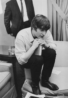 Great photo of John Lennon... Imagine John Lennon, Les Beatles, John Lennon Beatles, Julian Lennon, Beatles Art, Yoko Ono, Great Bands, Cool Bands, Aryton Senna