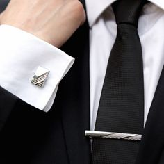 Setul de nunta format din butoni camasa dreptunghiulari si ac cravata cu model reprezinta o buna alegere pentru o aparitie eleganta si discreta in acelasi timp. Fie ca esti mire, cavaler onoare, socru sau nas de cununie, cu siguranta aceste accesorii minimaliste de culoare argintie iti vor pune in evidenta tinuta. Butonii de camasa dreptunghiulari se prind cu o cheita pliabila, in timp ce acul de cravata se fixeaza cu o clema. Produsele au rol decorativ, dar sunt si utile. Butonii de camasa… Nasa, Tie Clip, Cufflinks, Model, Fashion, Moda, Fashion Styles, Scale Model