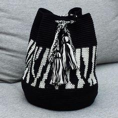 Mochila zebra - image only Mochila Crochet, Crochet Tote, Crochet Handbags, Crochet Purses, Diy Crochet, Crochet Crafts, Crochet Stitches, Crotchet Bags, Knitted Bags
