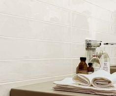 Leuke tegels voor de badkamer: deze tegels in modern langwerpig formaat en speels effect door de handvorm afwerking: de tegels zijn niet helemaal strak.