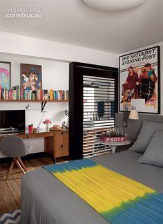 """""""Marcenaria e climatização fazem da adega a estrela do apartamento - Casa - Pintada de branco, a viga sustenta a divisória. Projeto de Mônica Wipfi."""""""