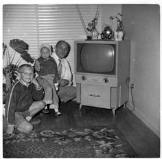 TV-- Oh, how I remember this! Photographs Of People, Pictures Of People, Vintage Air, Vintage Images, Vintage Pictures, Vintage Television, People Poses, Vintage Appliances, Vintage Interior Design