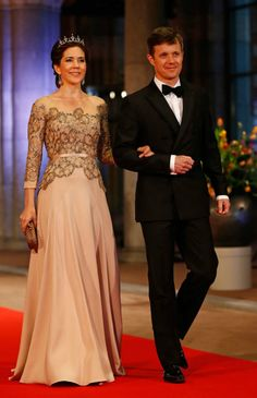 MYROYALS  FASHİON: QUEEN BEATRİX HOSTS A DİNNER AHEAD OF HER ABDİCATİON-Crown Princess Mary and Crown Prince Frederik of Denmark arrive