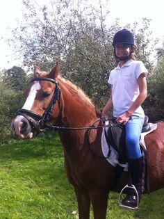Hier rij ik een wedstrijd op mijn paard.