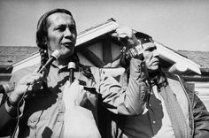 Russel Means (Oyate Wacinyapin) a Wounded Knee – 1973
