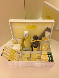 Kit Toilette para banheiro masculino. Conteúdo: - 1 caixa MDF - 1 Gel para cabelo - 1 Antitranspirante - 4 envelopes - Algodão - 1 Colirio - 4 Mentos - 1 Pente - 2 caixas de 10 unidades Band aid - 1 Álcool Gel - 10 Dorflex - 1 Fio Dental - 1 Enxaguante Bucal - 10 Tylenol - 10 Engov - 10 Eparema