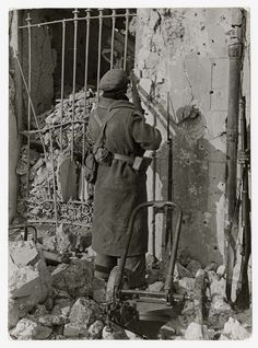 Republican soldier outside bombed building, Teruel, Aragón front, 1937-38//Robert Capa Historia Universal, Poster On, World War, Spanish, History, Pictures, Painting, Art, Robert Capa