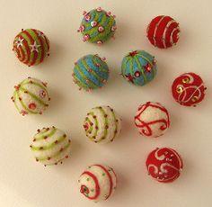 https://flic.kr/p/76za9D | Bolas de Navidad | Bolas poréxpan fieltreados y sobre ellas abalorios cosidos. Para usarlos como adorno en cestas, árbol, guirnaldas, .... ¡¡¡ Me encantan los colores vivos!!!