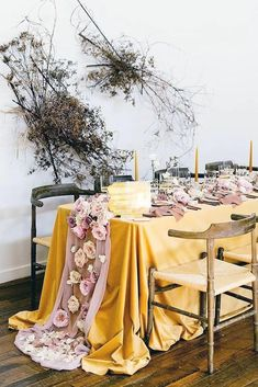 Our obsession with these 2019 wedding trends is REAL – color blocked decor, sleeved wedding dresses and wearable flowers among them! If you were enchanted last year by the creative use of blooms across the board, it just keeps getting better. Mustard Yellow Wedding, Yellow Wedding Colors, Urban Decay Lidschatten, Mauve, Mad Design, Wedding Trends, Wedding Ideas, Wedding Bride, Wedding Details