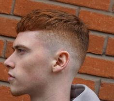 cortes de pelo hombre, cabello liso, color rojo, undercut militar, flequillo recto, estilo vanguardia