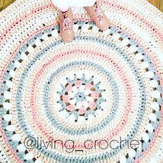 """""""Para celebrar 3 años en instagram, y coincidiendo con el cumpleaños de mi hija, el 9 de Marzo sorteare una alfombra de trapillo tejida por mi. Para…"""""""