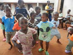 Danza di benvenuto dei bambini di Mamma Coraggio a Vogan ( togo )