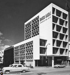 Edificación en la antigua Calle Real de Sabana Grande, hoy Boulevar de Sabana Grande. Caracas, años 50s