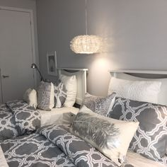 Suite d'invités Evolo S Comforters, Blanket, Bed, Furniture, Home Decor, Home Decoration, Creature Comforts, Quilts, Decoration Home