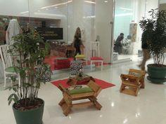 conjunto exclusivo da designer Josiane Moura, de chaise e mesinha de centro. No Caxias shopping, Rio de Jnaeiro