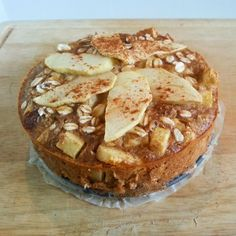 mandeln Oatmeal apple pie with hazelnuts and almonds! Healthy Cake, Healthy Cookies, Healthy Baking, Healthy Desserts, Easy Cake Recipes, Sweet Recipes, Good Food, Yummy Food, Baking Tins