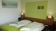 Gemütliche Hotelzimmer im AKZENT Hotel Strandhalle in Schleswig. Halle, Hotels, Restaurant, Bed, Furniture, Home Decor, Double Room, Decoration Home, Stream Bed