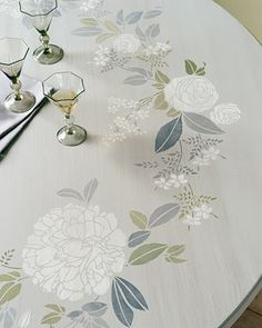 Garden-Print Stenciled Tabletop Hand-painted dainty blossoms, colossal peonies, and greenery entwine to form this pleasing tabletop wreath. Stencil Table Top, Stenciled Table, Furniture Projects, Diy Furniture, Diy Projects, Furniture Refinishing, Painted Table Tops, Table Top Design, Hand Painted Furniture