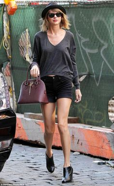 Taylor Swift kept it simple and casual in a gray sweater, black shorts and Aldo's Frattapolesine bag (that only costs $50!!! Must have) http://dailym.ai/1s1xVqZ