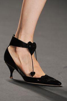 Anna Sui black shoe with kitten heel