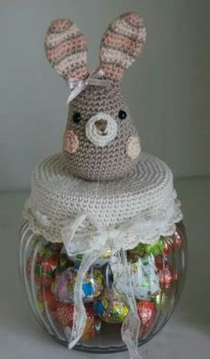 Konijn pluis Crochet Cup Cozy, Crochet Owls, Crochet Faces, Easter Crochet, Crochet Gifts, Knit Crochet, Crochet Basket Pattern, Crochet Patterns, Crochet Jar Covers